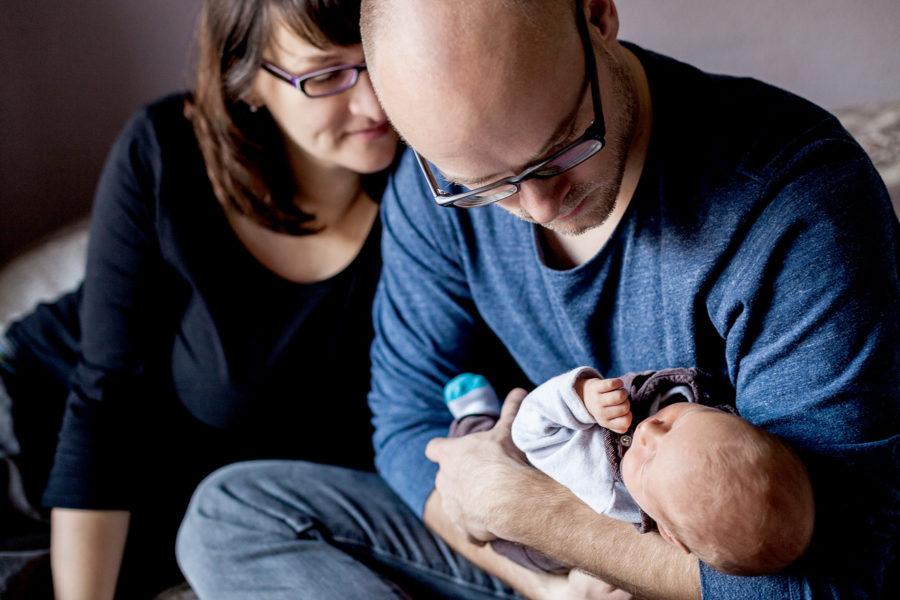 Eltern bewundern ihr Baby