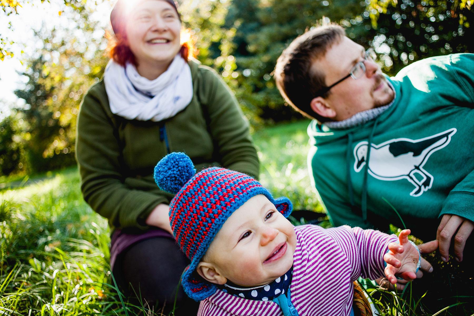 glückliche Familie mit Kleinkind genießt die Natur