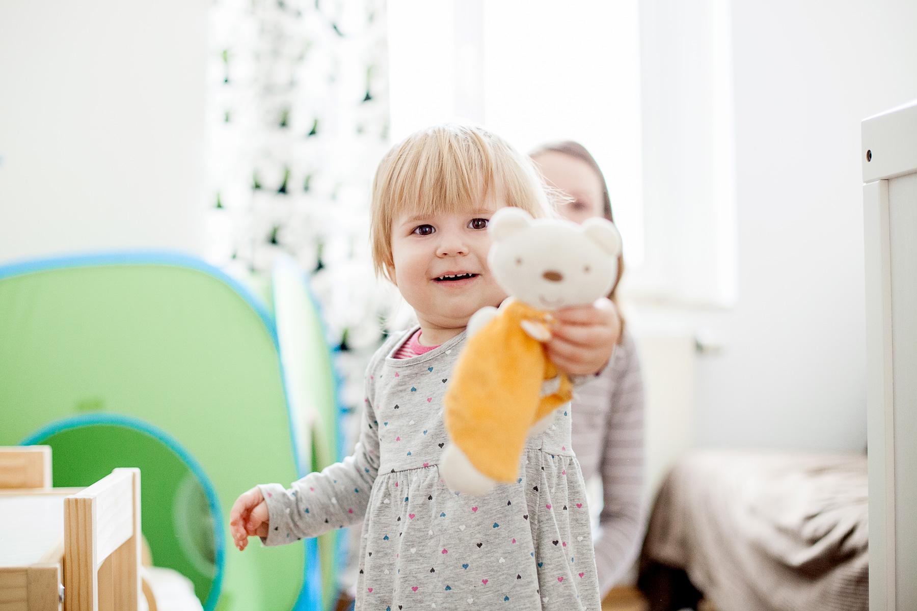 Kleines Mädchen zeigt stolz ihren Teddy