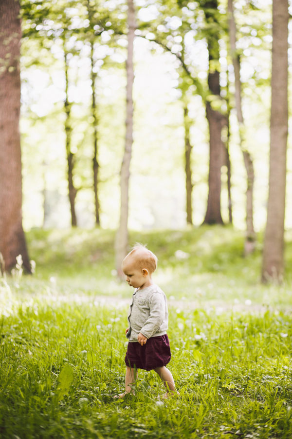 kleines Kind tapst allein durch den Wald