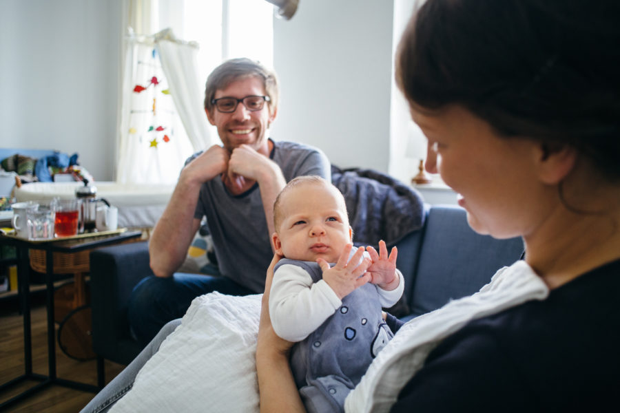 Eltern lächeln ihr Baby an