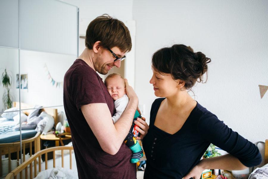 stolze Eltern betrachten ihr Baby