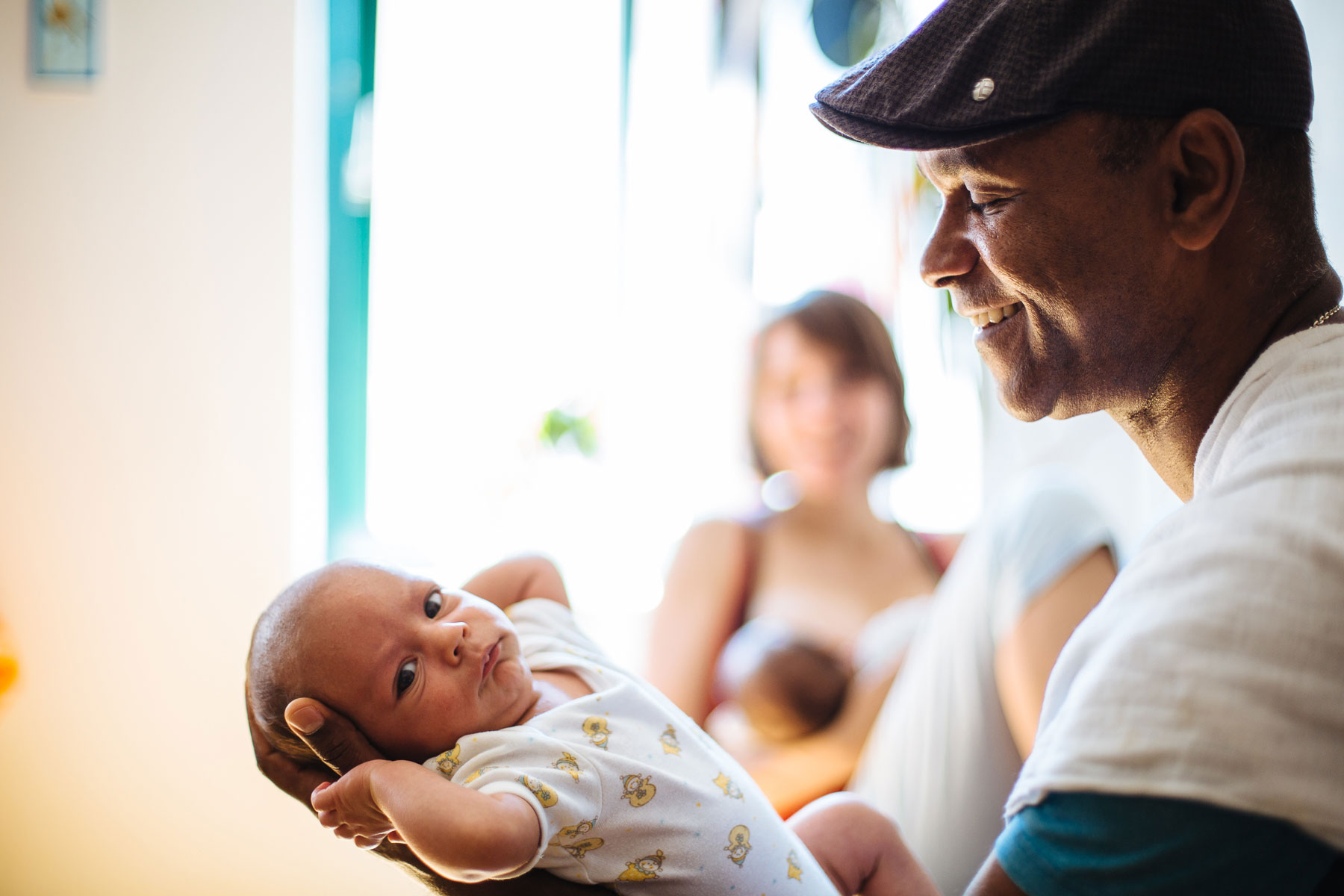 Papa betrachtet lächelnd sein Baby