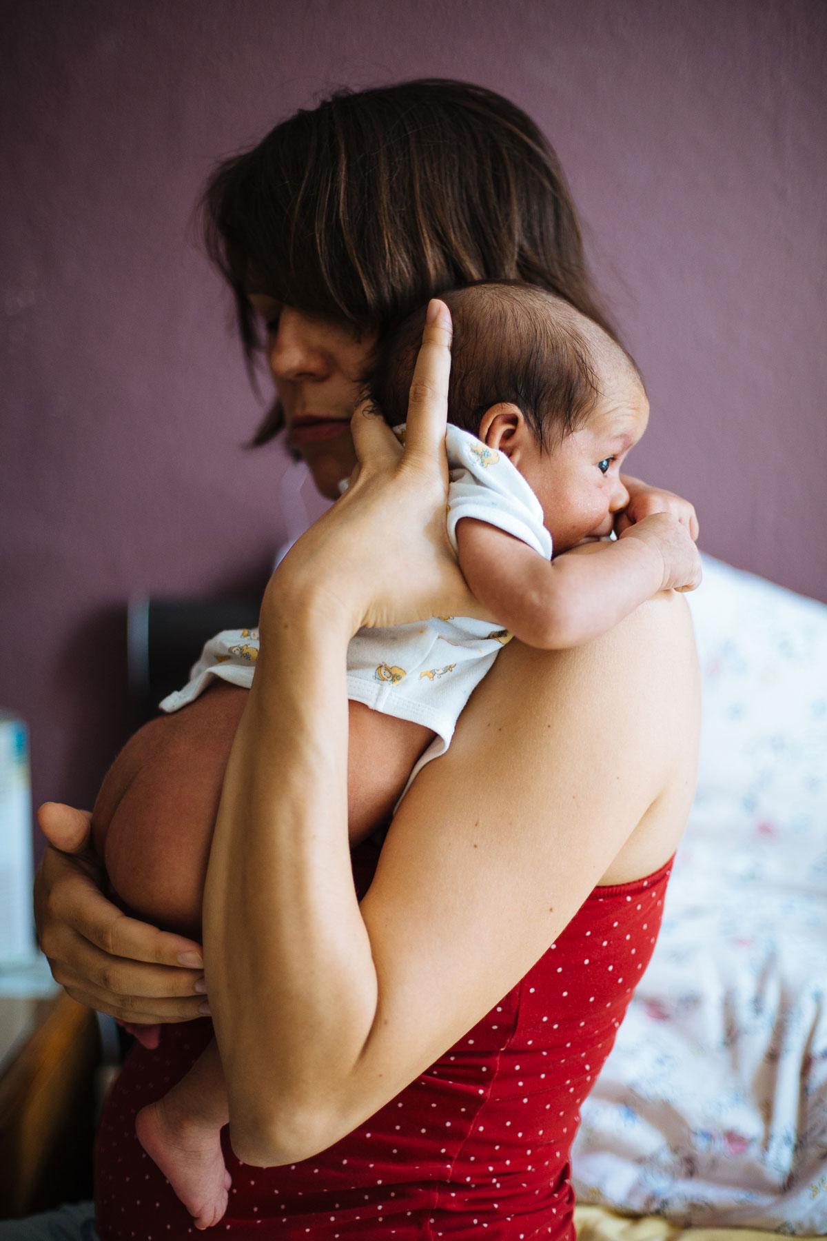 Mama hält ihr Baby im Arm